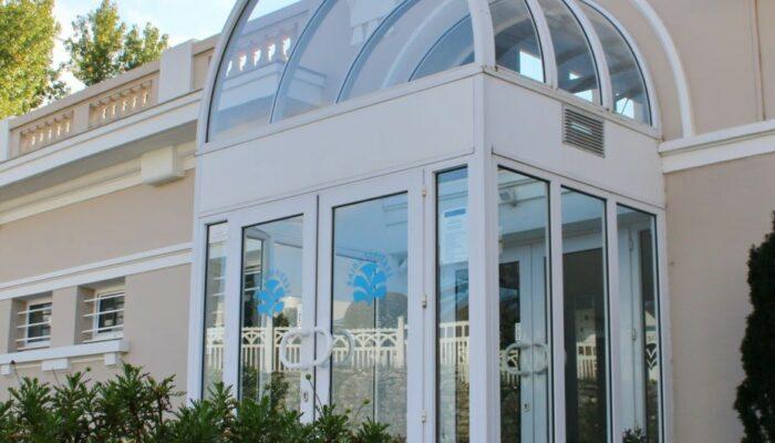 Porte d'entrée vitrée des Bains Saint Pierre à Dax